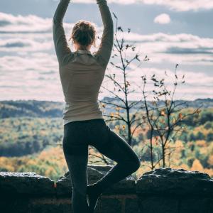 7 tips om Mentaal en Fysiek Gezond Te Worden - omslag yogapose - Wakker Worden